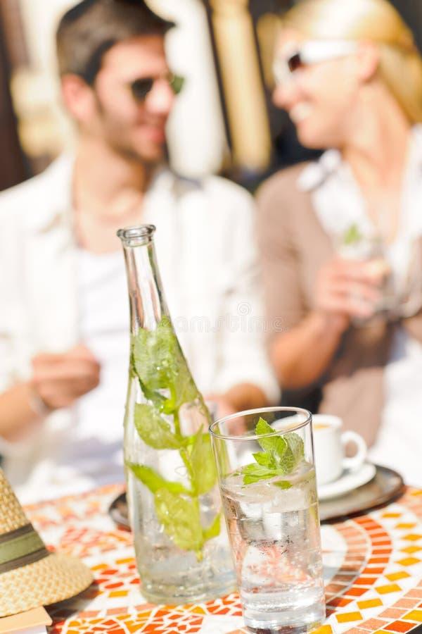 Couples italiens de café de café express de terrasse de restaurant photographie stock