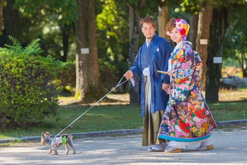 Couples japonais dans des robes de mariage traditionnelles photo stock
