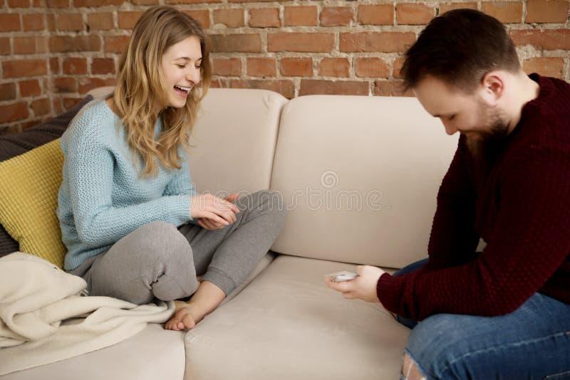Couples jouant avec des cartes images stock