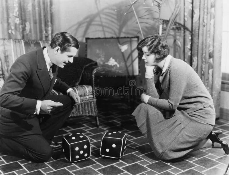 Couples jouant avec les matrices énormes (toutes les personnes représentées ne sont pas plus long vivantes et aucun domaine n'exi image stock