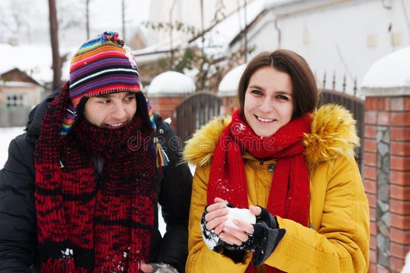 Couples jouant des boules de neige photos libres de droits