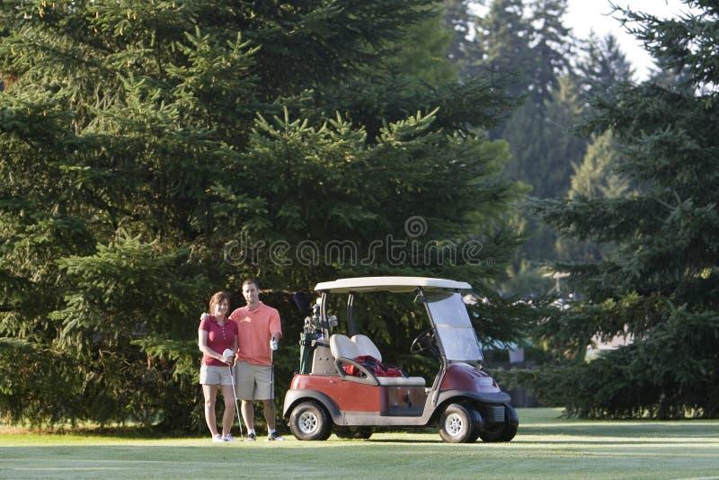 Couples jouants au golf - horizontaux photos stock