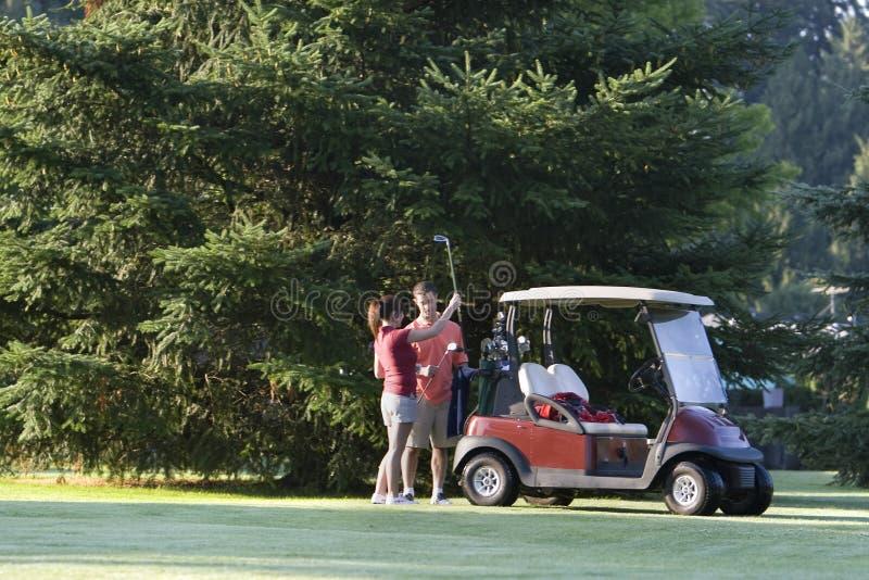 Couples jouants au golf - horizontaux image libre de droits