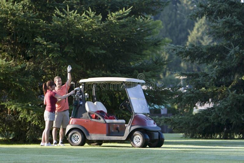 Couples jouants au golf - horizontaux photographie stock