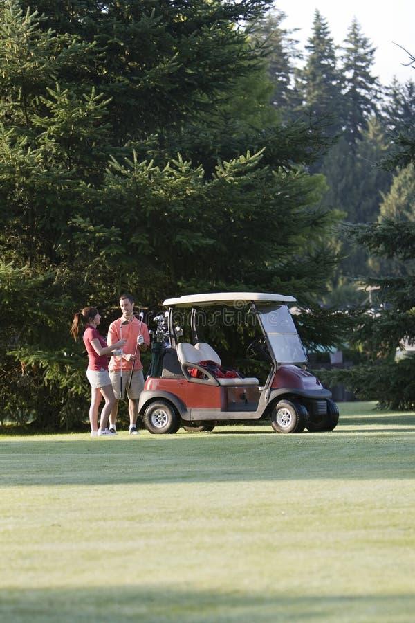 Couples jouants au golf - verticale photos libres de droits