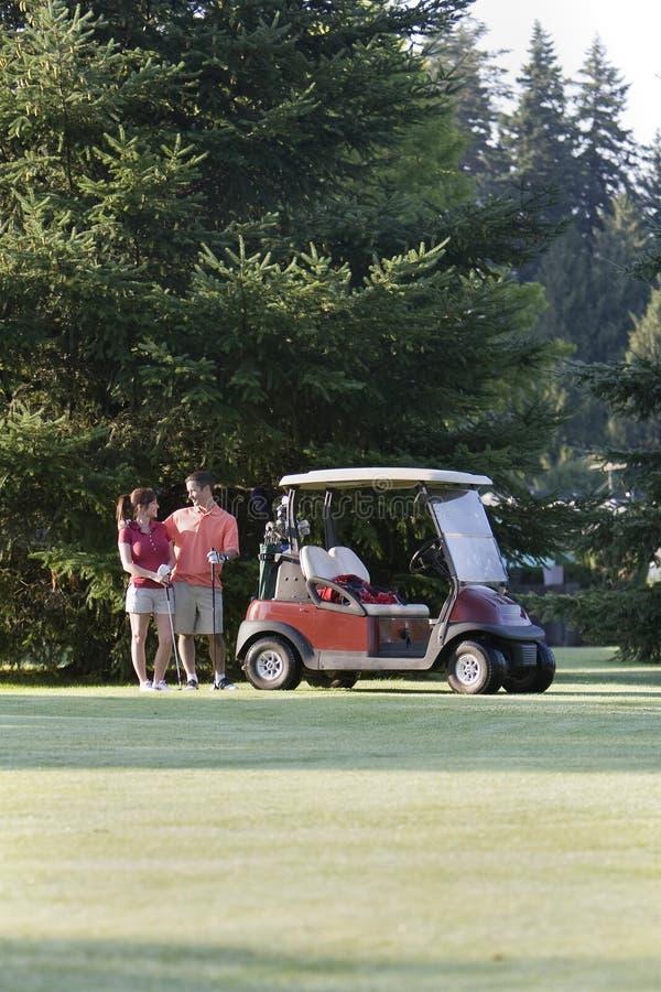 Couples jouants au golf - verticale images libres de droits