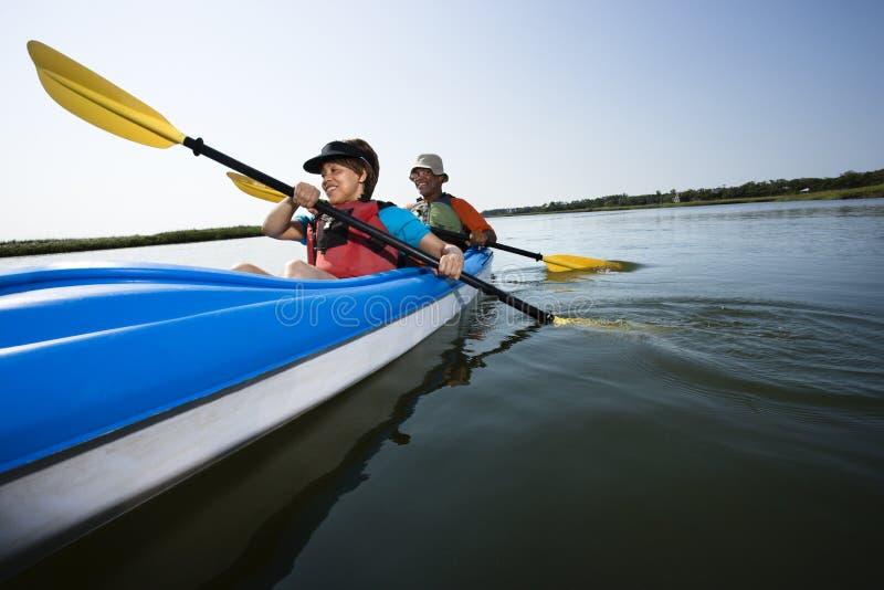 Couples kayaking. images libres de droits