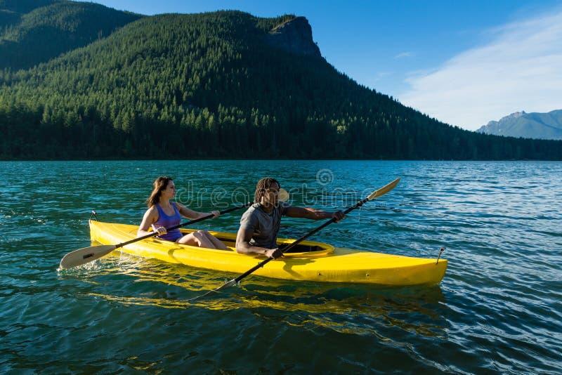 Couples Kayaking de lac photos stock