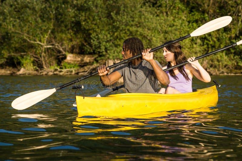Couples Kayaking de lac image libre de droits