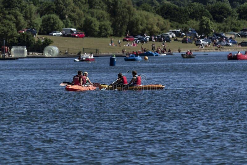 Couples kayaking sur le lac photos libres de droits
