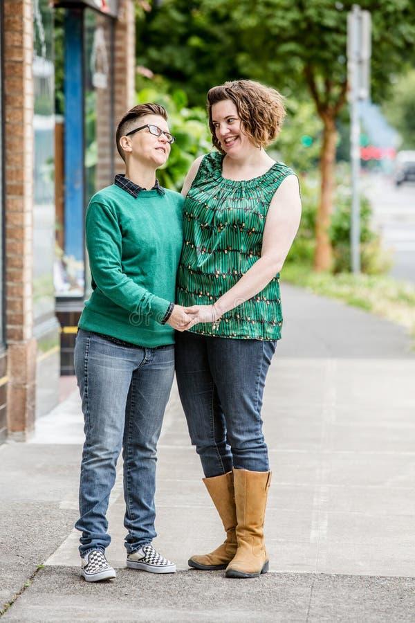 Couples lesbiens heureux tenant des mains photos libres de droits