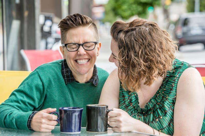 Couples lesbiens mignons plaisantant dehors aux Bistros images stock