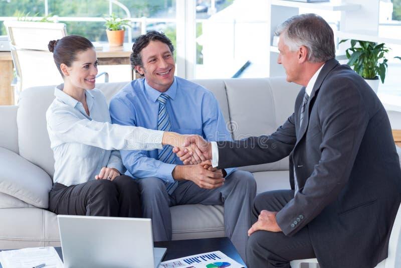 Couples lors de la réunion avec un conseiller financier image libre de droits