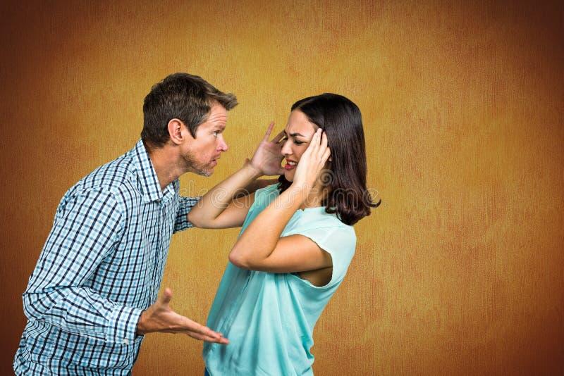 Couples luttant contre le fond jaune images stock