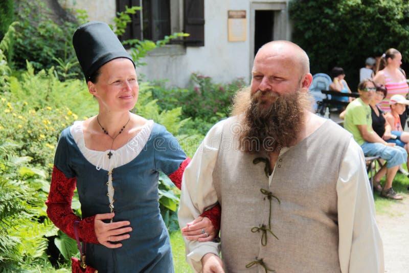 Couples médiévaux à un événement dans la République Tchèque images libres de droits