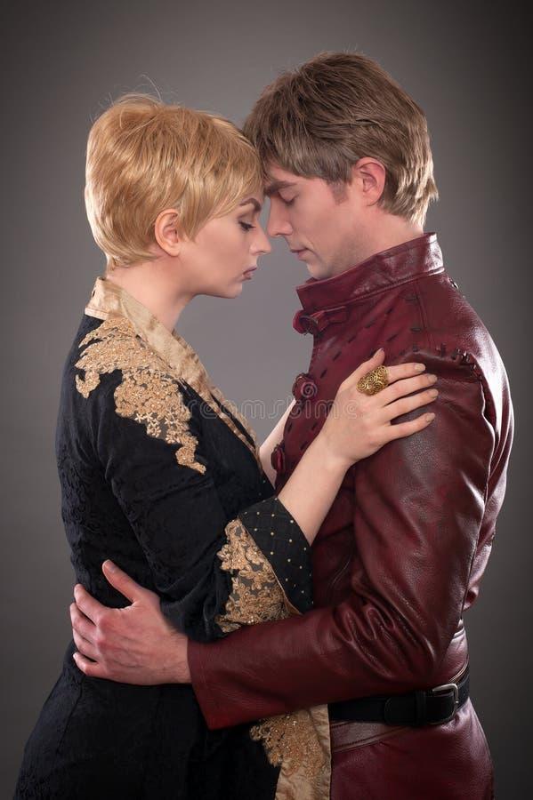 Couples médiévaux Jour de valentines dans des costumes de Moyens Âges baroque image libre de droits