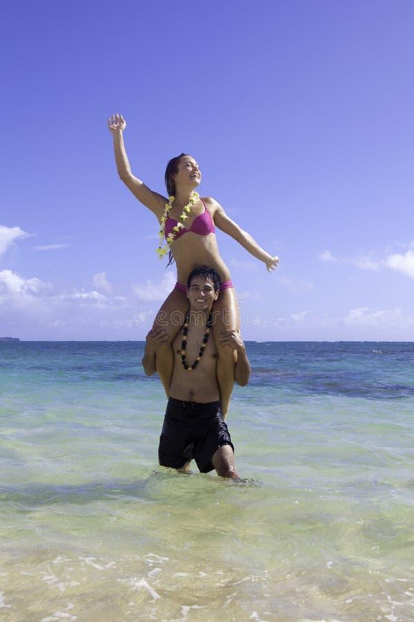 Couples mélangés en Hawaï image stock