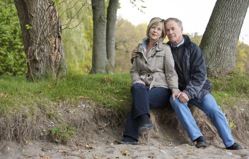 Couples mûrs à l'extérieur image stock