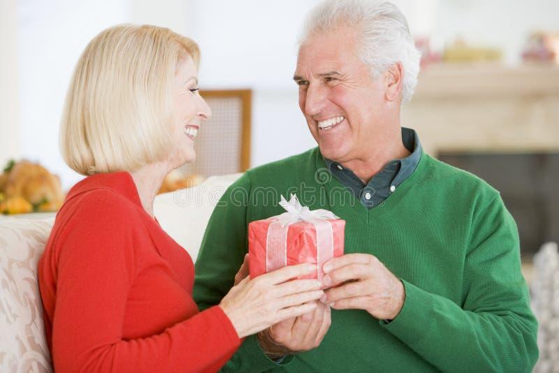 Couples mûrs à Noël image libre de droits