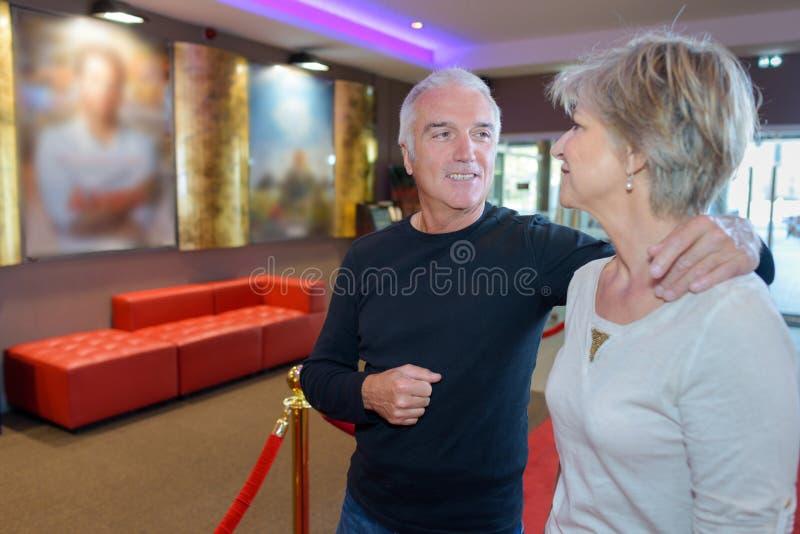 Couples mûrs allant au cinéma image stock
