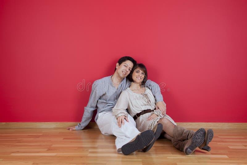 Couples mûrs appréciant la nouvelle maison photographie stock libre de droits