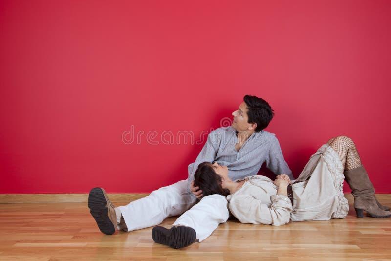 Couples mûrs appréciant la nouvelle maison photo stock