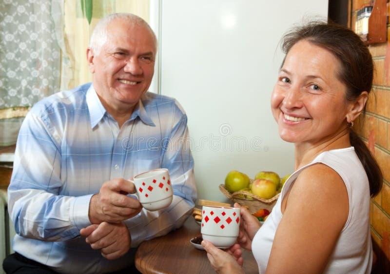 Couples mûrs au temps de déjeuner images stock