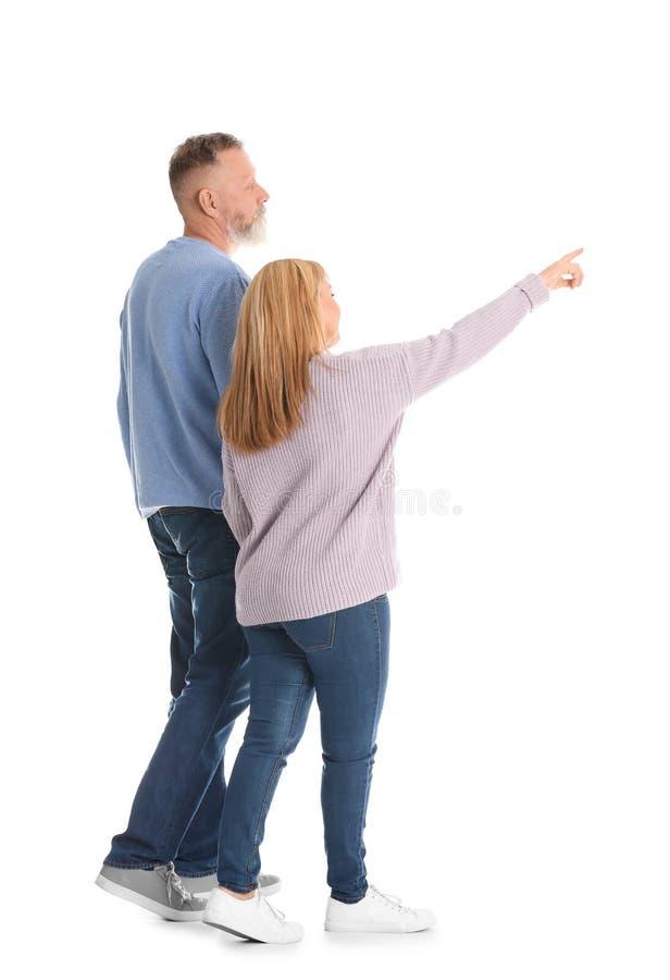 Couples mûrs dans la marche de vêtements sport photos libres de droits