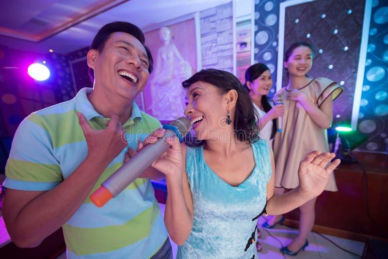 Couples mûrs de chant images stock