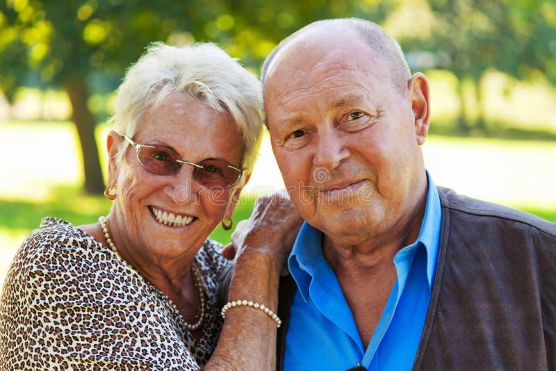 Couples mûrs en verticales d'aîné d'amour. photo libre de droits