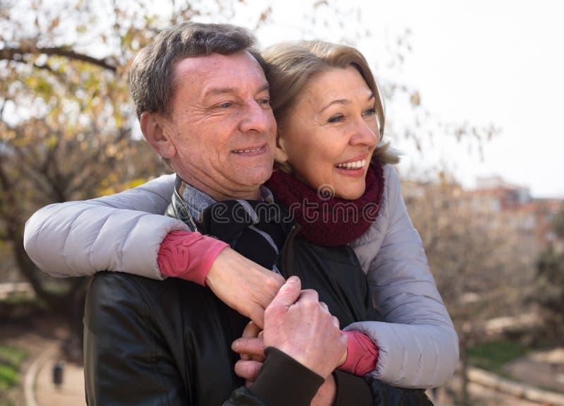 Couples mûrs ensemble en parc d'automne image libre de droits