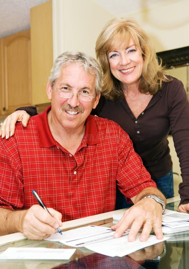 Couples mûrs - fixez financièrement photographie stock libre de droits