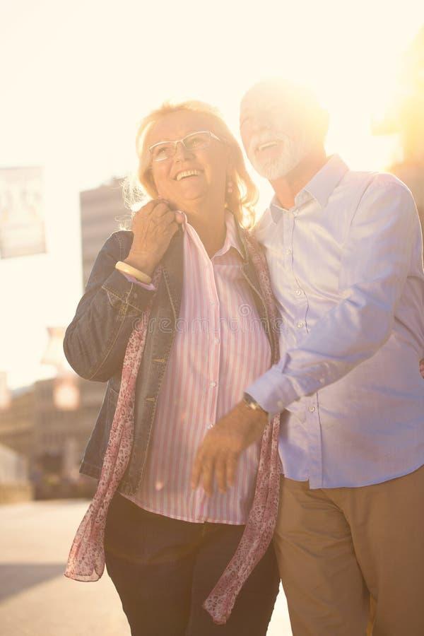 Couples mûrs gentils heureux marchant en ville images stock