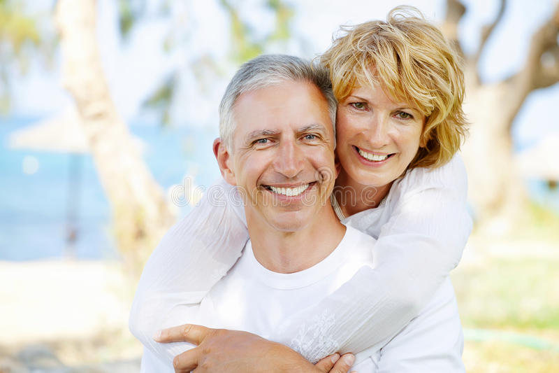 Couples mûrs heureux à l'extérieur photographie stock