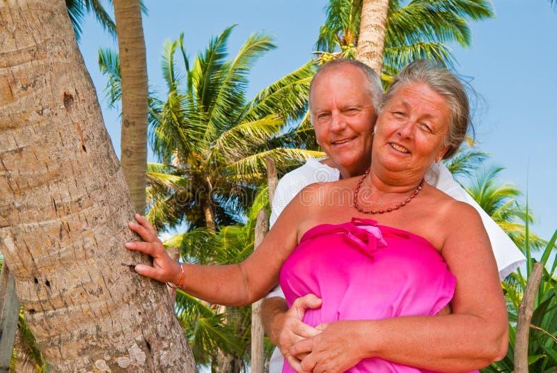 Couples mûrs heureux caressant photographie stock libre de droits