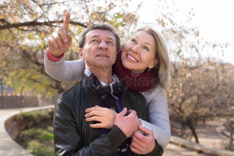 Couples mûrs heureux ensemble en parc d'automne photo stock