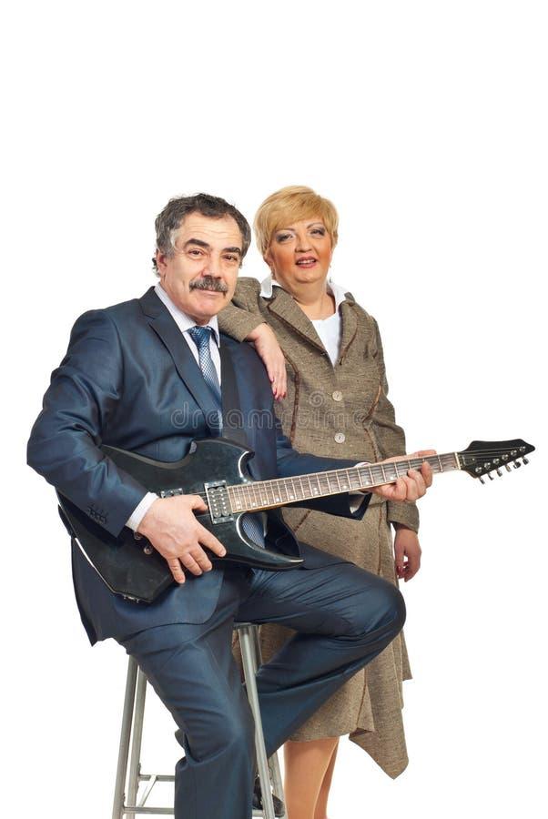 Couples mûrs jouant la guitare photos libres de droits