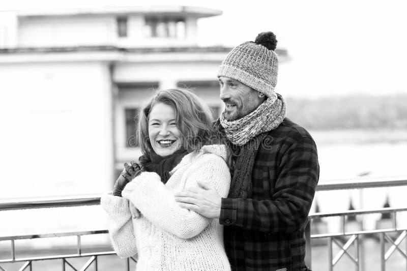 Couples mûrs positifs passant le temps délicieux ensemble photographie stock libre de droits