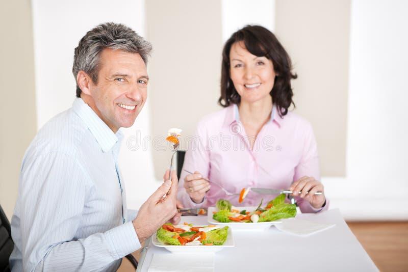 Couples mûrs prenant le déjeuner à la maison photo libre de droits