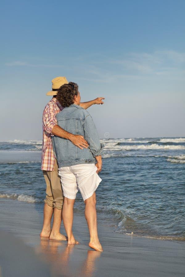 Couples mûrs regardant à l'extérieur à la mer image stock