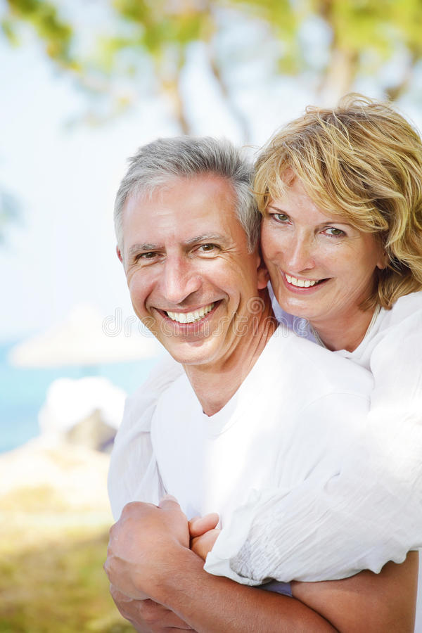 Couples mûrs souriant et embrassant photos libres de droits