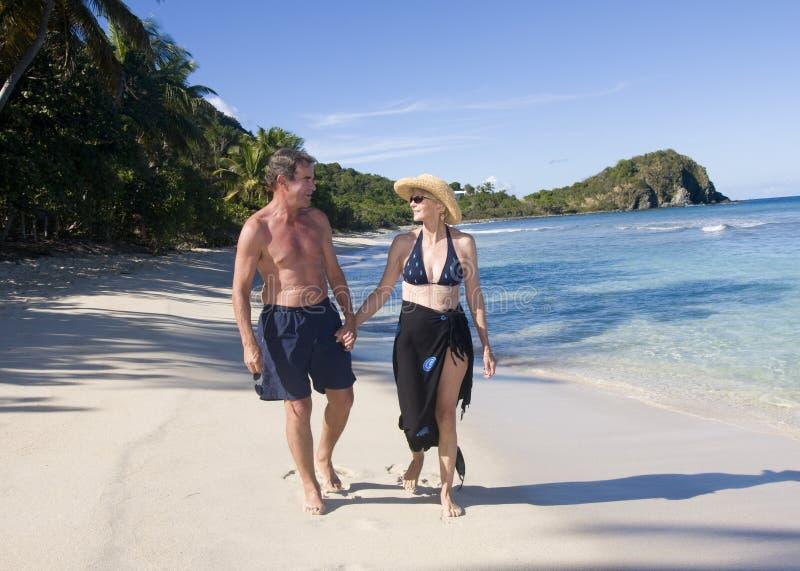 Couples mûrs sur la plage image libre de droits