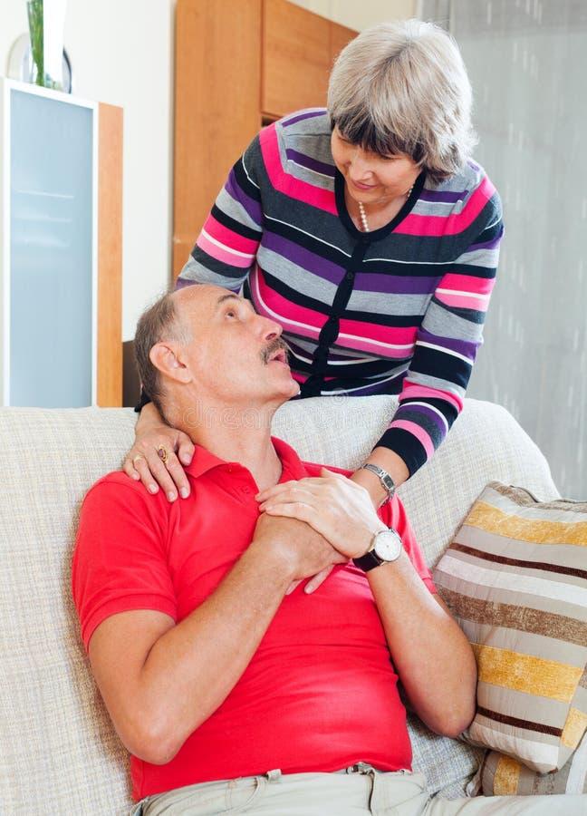 Couples mûrs affectueux ensemble image libre de droits