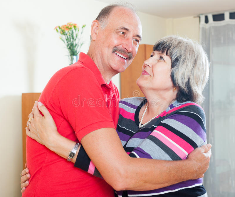 Couples mûrs affectueux ensemble photo libre de droits