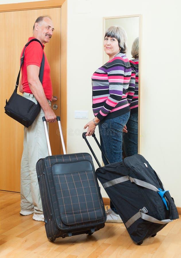 Couples mûrs ainsi que le bagage photographie stock