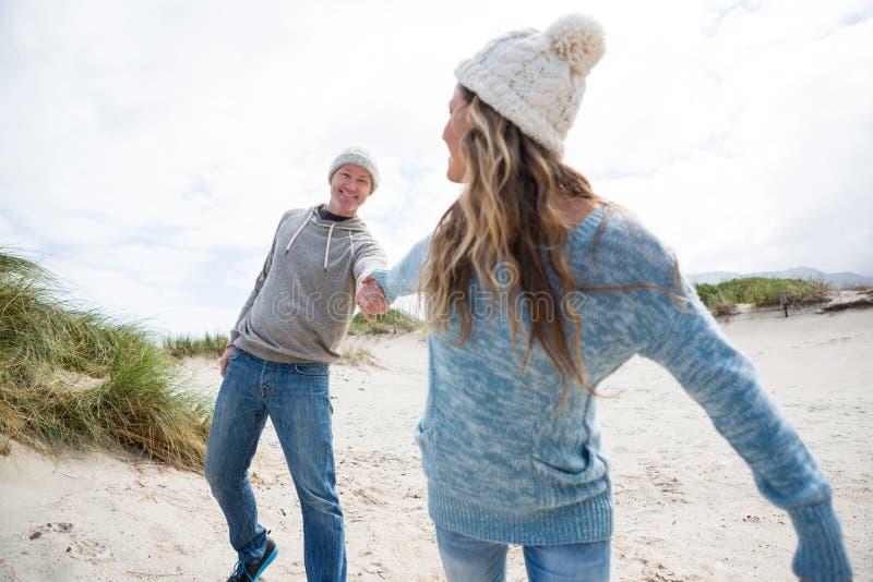 Couples mûrs appréciant sur la plage image libre de droits