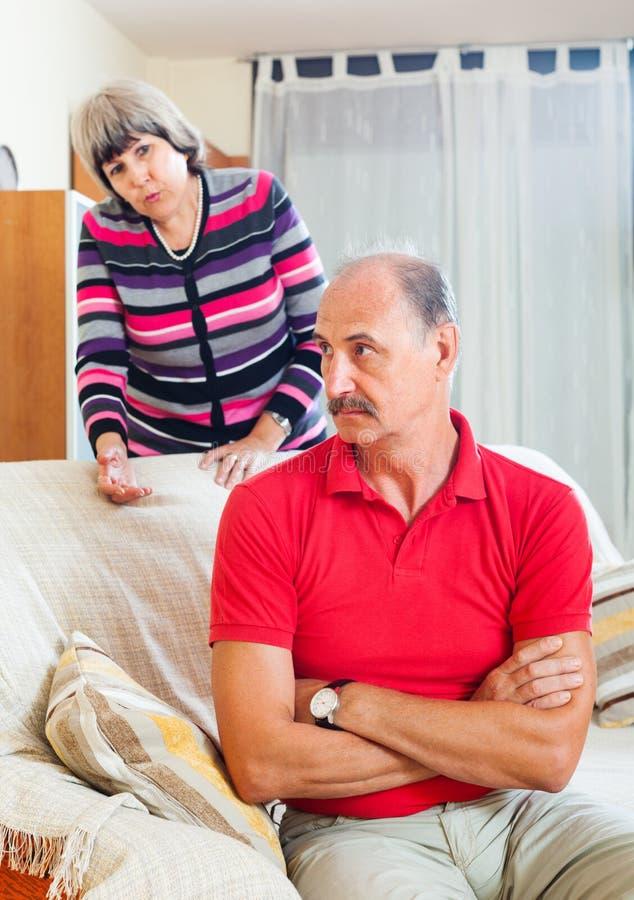 Couples mûrs après querelle à la maison image libre de droits
