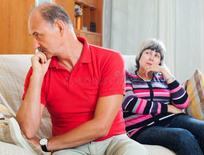 Couples mûrs après querelle photos stock