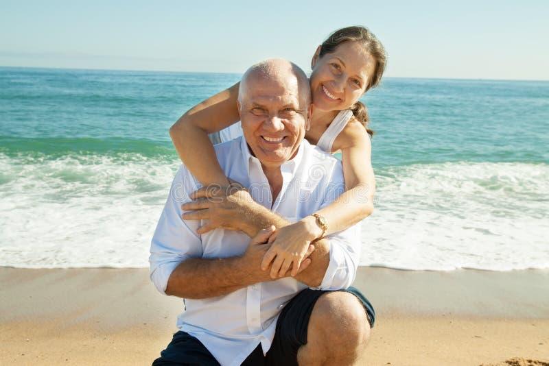 Couples mûrs aux vacances de mer image libre de droits