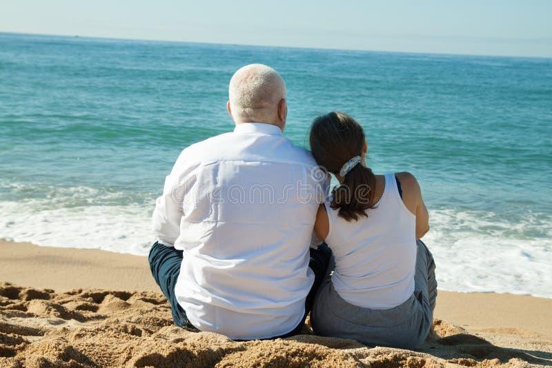 Couples mûrs aux vacances de mer photos libres de droits
